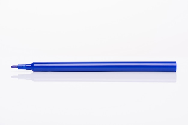 흰색 배경에 분리된 모자가 있는 밝은 파란색 마커의 측면 프로필 보기 클로즈업 사진
