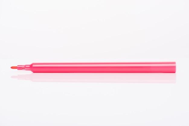 흰색 배경에 분리된 모자가 있는 분홍색 마커의 측면 프로필 보기 클로즈업 사진