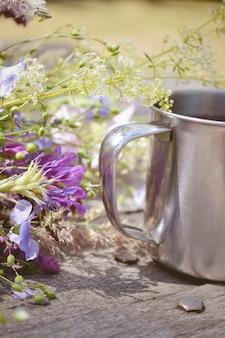 Боковые перила круги и цветы на столе