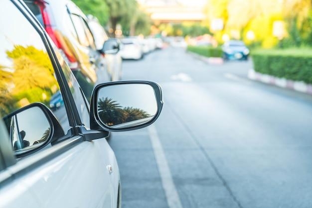 Боковое зеркало заднего вида на современном автомобиле