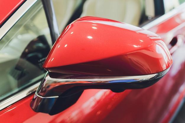 Боковое зеркало заднего вида на современном автомобиле.