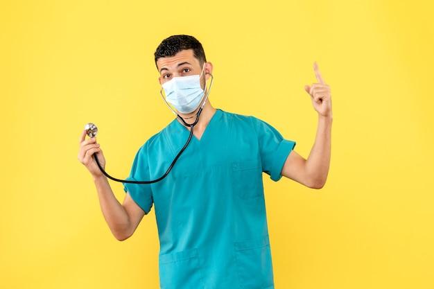 Доктор в маске надеется, что сможет вылечить пациента с коронавирусом, вид сбоку