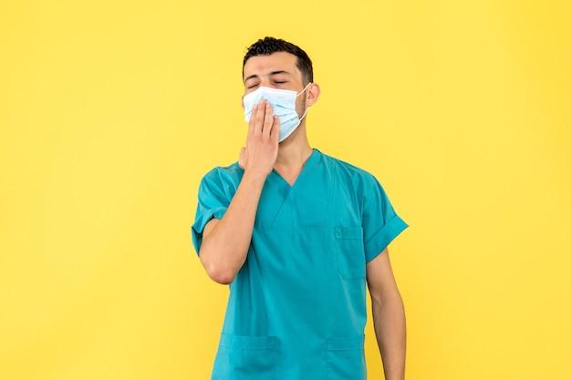 側面図医師マスクをした医師がマスクを着用していない人について話します