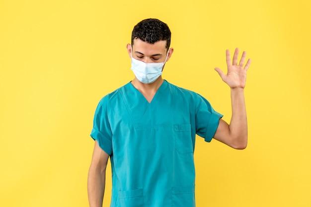 의사의 측면보기 마스크의 의사가 손 씻기의 중요성에 대해 이야기합니다.
