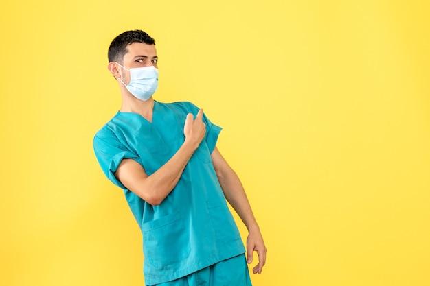側面図医師マスクの医師はcovidの症状に驚いています-
