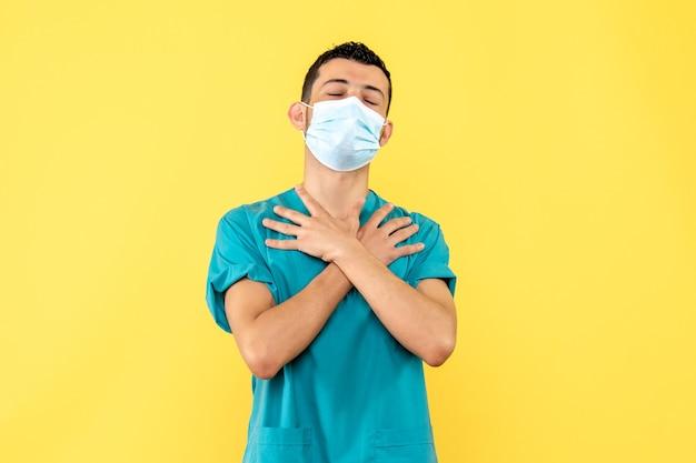 Вид сбоку врач врач в маске рассказывает о последствиях covid-