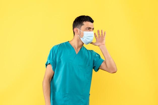 Вид сбоку врач врач в маске рассказывает о коронавирусной инфекции