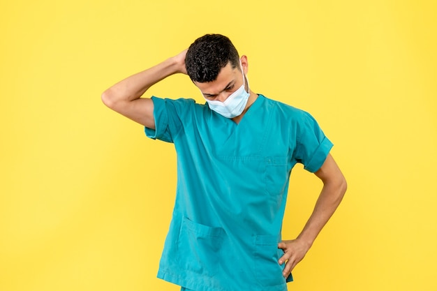 医師の側面図医師が新しいワクチンの発明について考えている