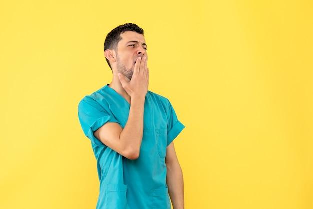医者の側面図医者は一日中コロナウイルスで患者を治したので疲れています