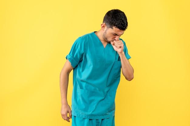 의사가 기침이 코로나 바이러스 감염의 징후 일 수 있다고 말하는 측면보기