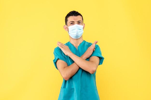 Вид сбоку врач врач говорит людям, что нельзя делать во время болезни