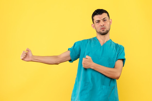 Вид сбоку врач врач говорит, что важно читать медицинские книги