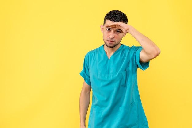 의사가 전염병 동안 사회적 거리를 유지해야한다고 말하는 의사의 측면보기