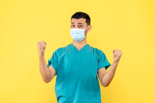 Вид сбоку врач врач рассказывает о преимуществах вакцины против covid-