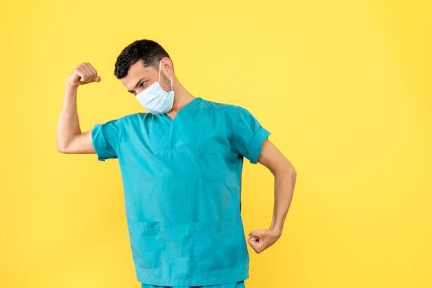 Вид сбоку врач врач говорит о важности средств защиты от covid-
