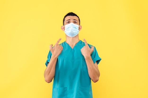Вид сбоку врач врач говорит о важности ношения масок