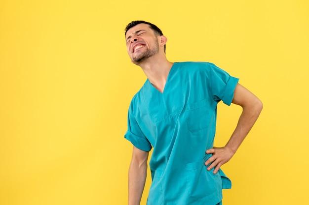Вид сбоку врач врач говорит, что делать, если у вас болит спина