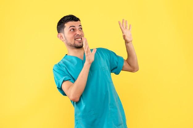 Вид сбоку врач врач обеспокоен началом новой волны коронавируса