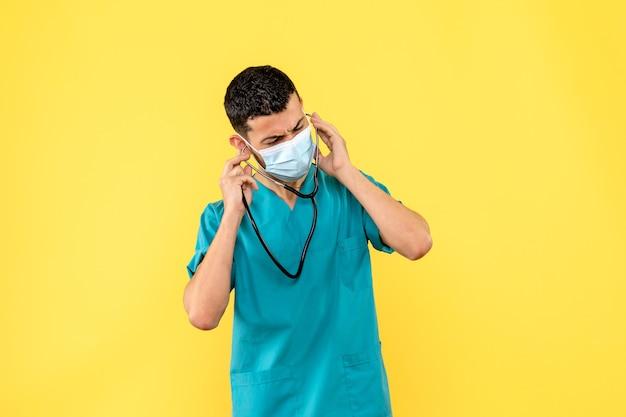 Вид сбоку врач в маске врач может вылечить пациента с коронавирусом