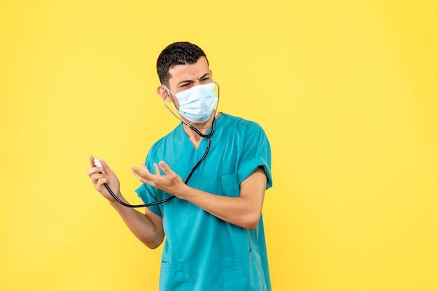 Вид сбоку врач в маске врач думает, как вылечить пациента с коронавирусом