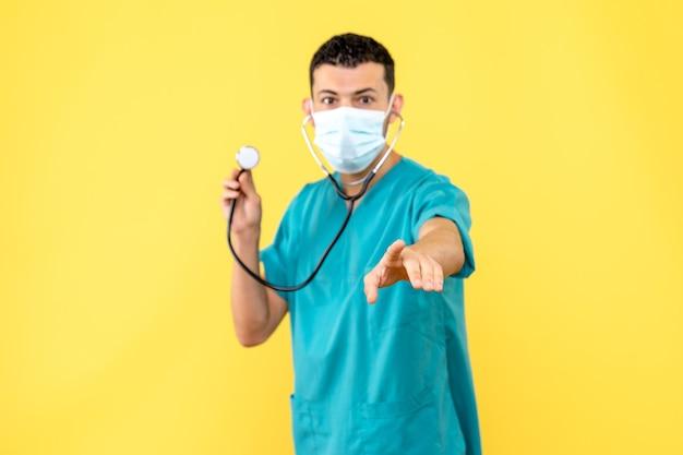Вид сбоку врач в маске врач знает, как вылечить пациента с коронавирусом