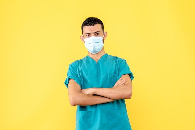 Вид сбоку врач в маске врач рассказывает о средствах защиты от covid-