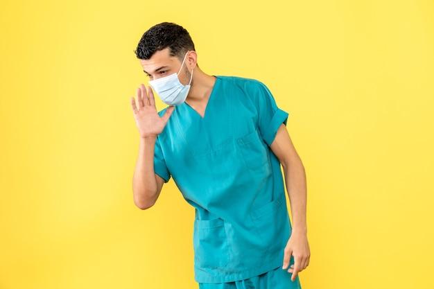 의사가 자신의 건강 상태에 대해 환자와 이야기하는 마스크의 의사 측면보기