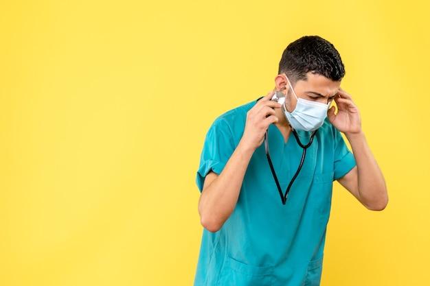 Вид сбоку: врач-специалист с фонендоскопом думает о симптомах covid-