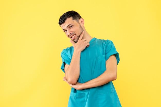 医師がパンデミック時に人々に挨拶する方法を考えている専門家の側面図