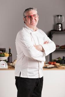 Боковой вид взрослого шеф-повара на кухне