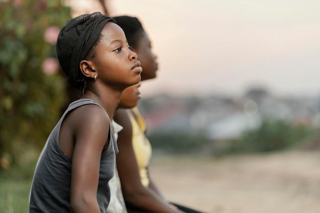 アフリカの子供たちの側面図