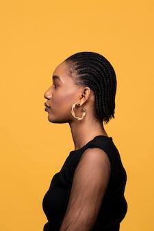 金色のイヤリングと側面図アフリカの女性