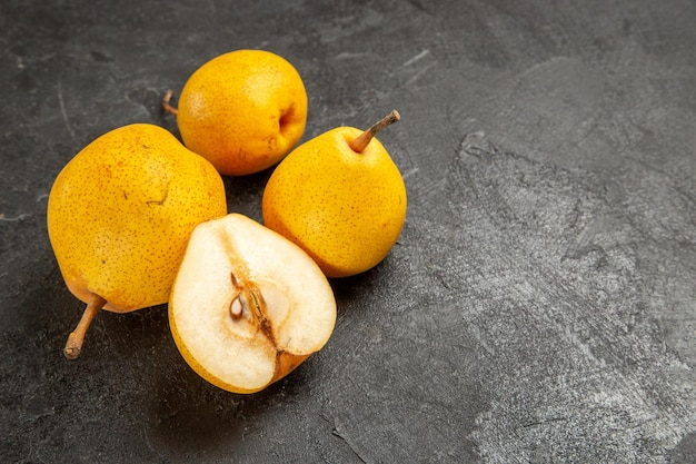 暗い表面に食欲をそそる梨と半分の梨を食欲をそそる側面図