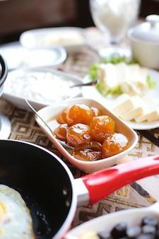 Marmellata di albicocche vista laterale su un tavolo servito