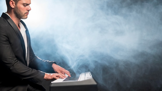 Вид сбоку артистический музыкант и эффект синего дыма