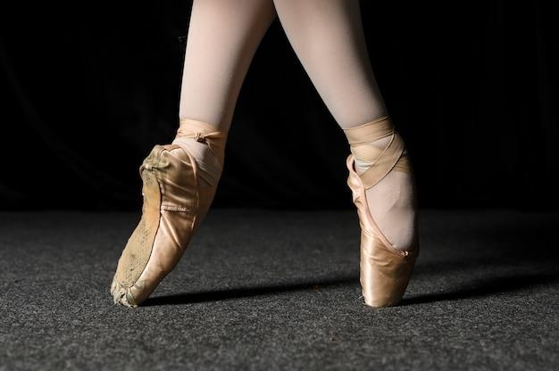 Vista laterale dei piedi della ballerina in scarpe da punta e collant