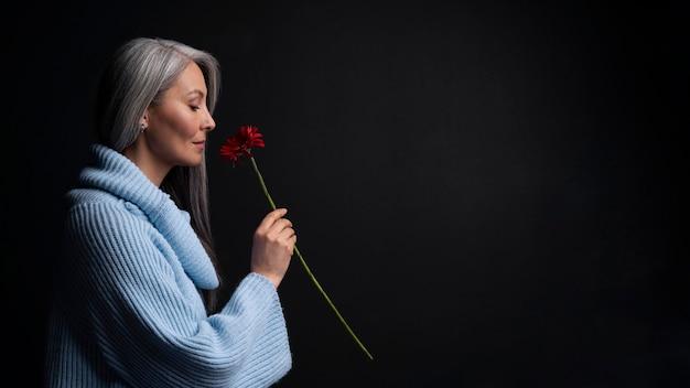 Ritratto di bella donna senior di vista laterale