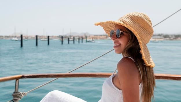 Vista laterale bella giovane donna che si rilassa nella sua vacanza