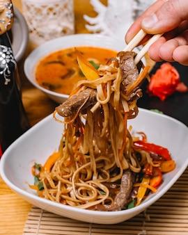 側面図ビーフヌードル炒め焼きピーマンニンジンネギと牛肉