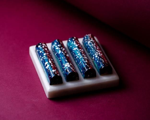 側面図黒と青の白いスタンドに白い斑点のあるチョコレート菓子