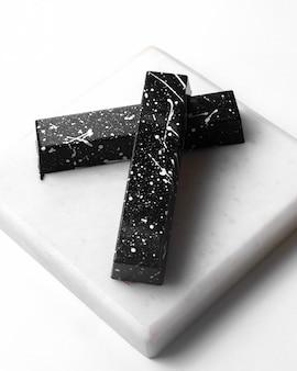 白いスタンドに白い斑点のサイドビューブラックチョコレート
