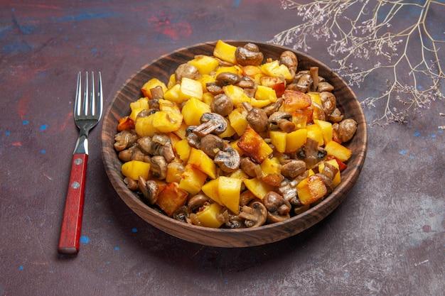 Vista laterale ciotola di patate e funghi ciotola di patate e funghi e una forchetta