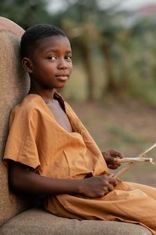 ドラムスティックで側面図の少年