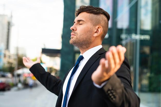 Вид сбоку деловой человек, чувствуя свежий воздух