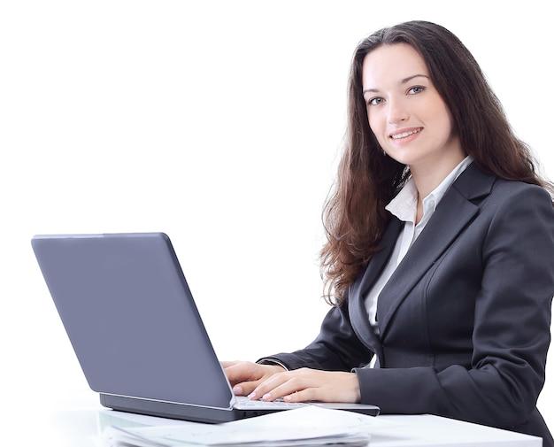 복사 공간이 있는 laptop.photo에 입력하는 측면 view.business 여자