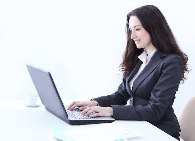 노트북에 입력 하는 측면 view.business 여자입니다.