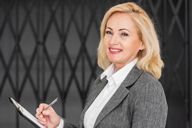 Боковой вид деловой женщины