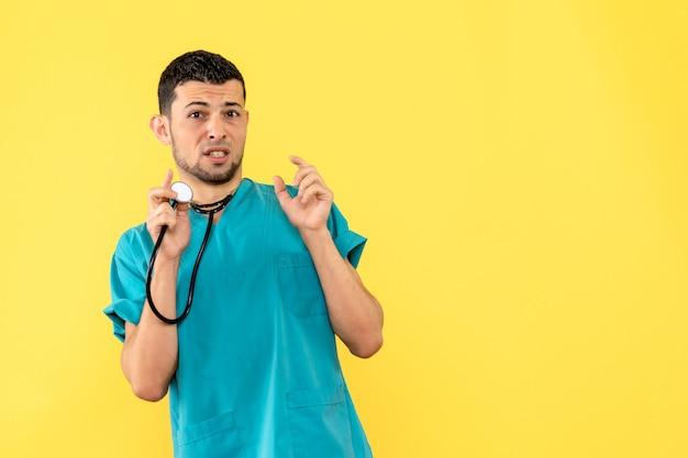 Cardiologo di vista laterale il cardiologo sta pensando ai pazienti con scompenso cardiaco