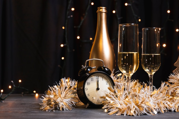 新年の夜のサイドビューシャンパン