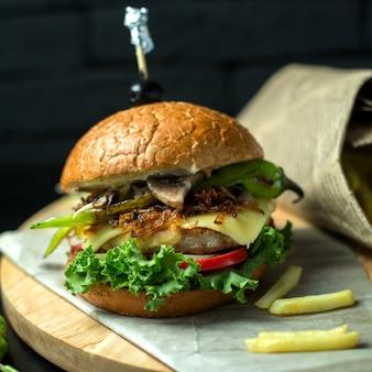 黒板にフライドポテトとサイドビューチキンハンバーガー